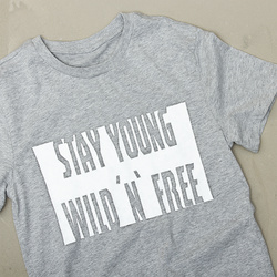 "T-SHIRT MIT TEXT ""STAY YOUNG"" IN SOFT TEX"